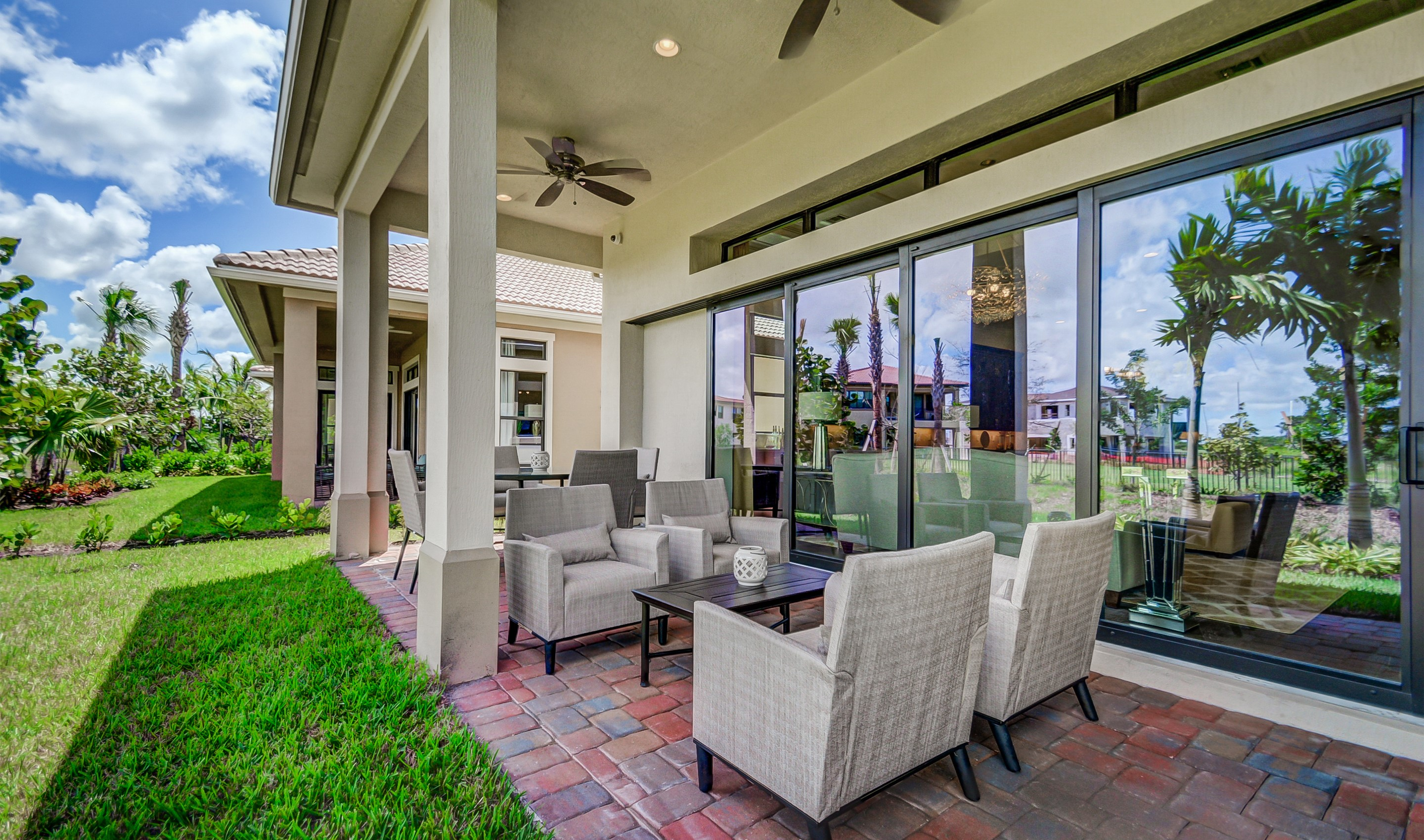 Covered lanai to entertain guests