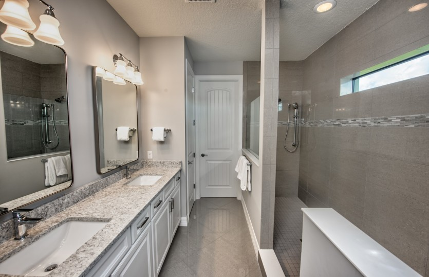 Park Place: Owner's Bathroom